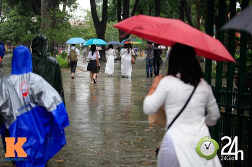 Nữ sinh Chu Văn An vất vả ngày tựu trường - 1