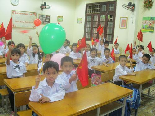 Mưa lớn, nhiều trường khai giảng trong nhà - 1