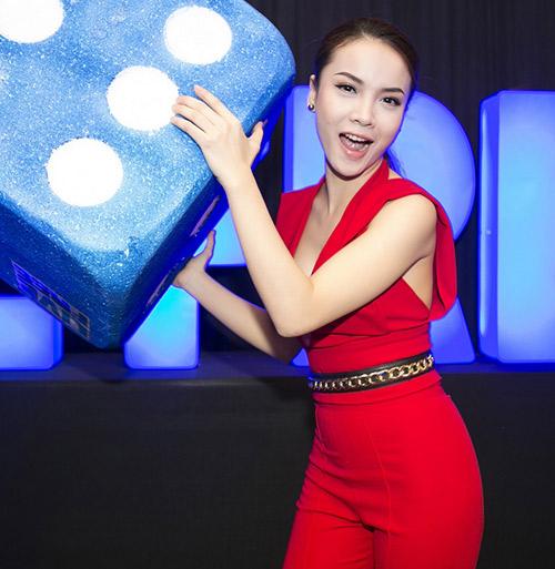 Yến Trang khoe khe ngực táo bạo - 1