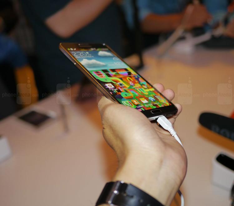 Galaxy Note 3 được trang bị màn hình Super AMOLED 5,7 inch độ phân giải 1080p với chất lượng hiển thị gần như tương đồng Galaxy S4. Với mật độ điểm ảnh được tăng cường lên mức 386 ppi cho phép nó min hơn tiền bối