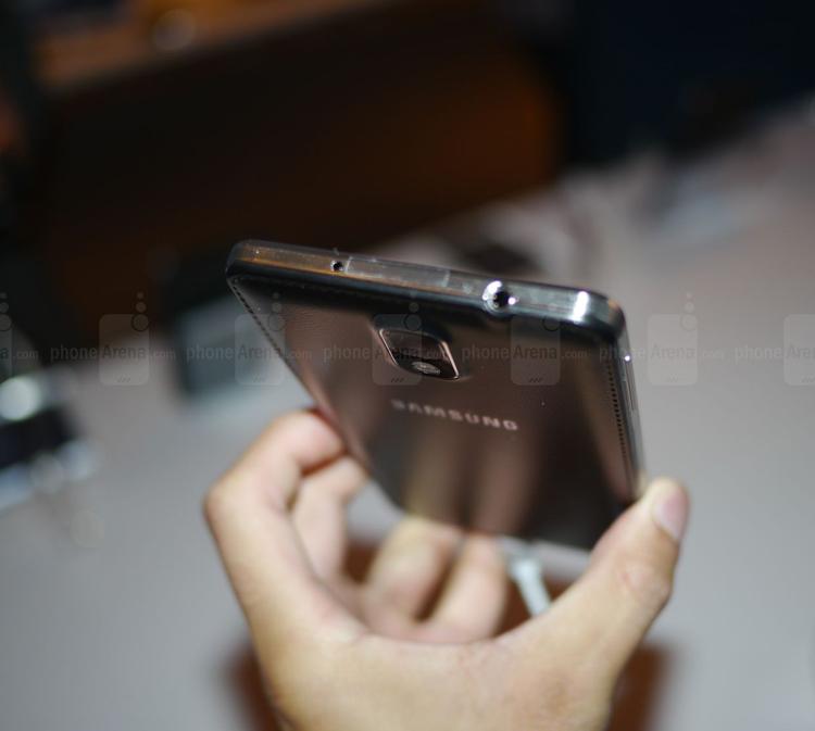 Ở cạnh trên của máy được Samsung bố trí chiếc mic thứ 2, jack tai nghe 3.5 và cổng hồng ngoại