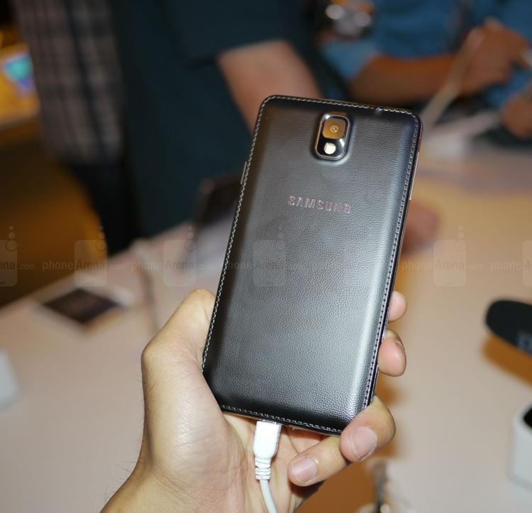 Mặt sau của Note 3 bọc bằng da thay thế hoàn toàn nhựa cứng, lớp da này khá mềm giúp bạn có thể cầm máy êm và ôm tay hơn, nói thực là cảm giác cầm Note 3 khá thích dù việc sử dụng bằng 1 tay còn khó khăn do đây vẫn là một phablet quá khổ.