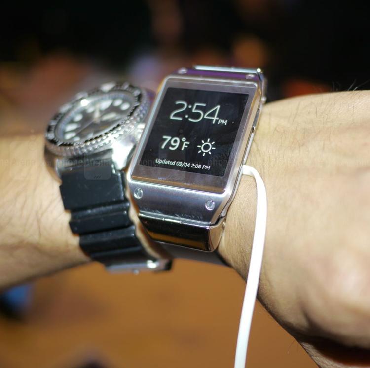 Chiếc đồng hồ thông minh này là một phụ kiện đi kèm điện thoại với khả năng nhận thông báo, điều chỉnh chơi nhạc và xem giờ với nhiều tùy chọn hiển thị khác nhau.