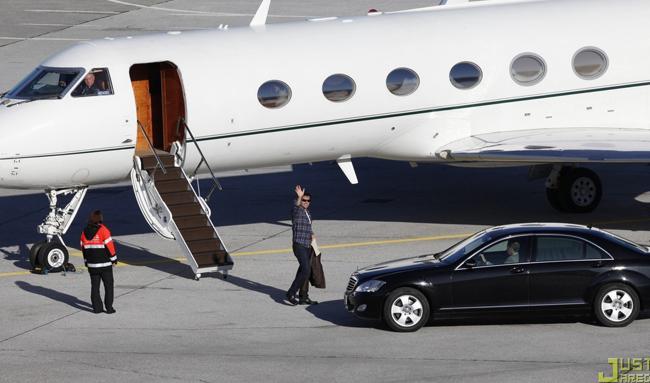 Thường xuyên đưa gia đình đi chơi bằng phi cơ riêng