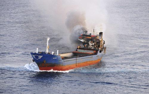 Ý: Phóng hỏa đốt 30 tấn cần sa trên biển - 1