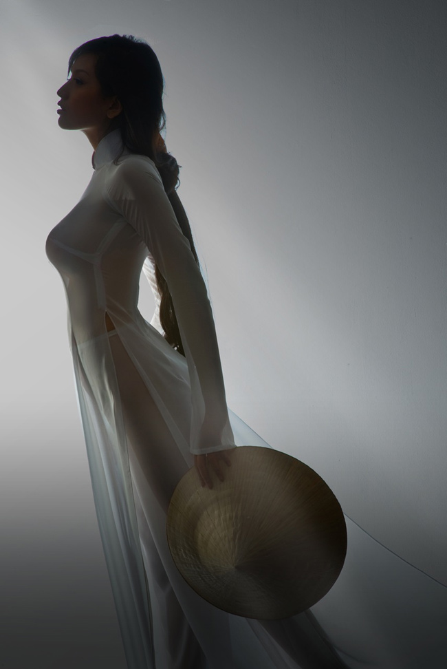 Mai Phương Thúy bị vướng scandal vì bộ ảnh chụp cùng áo dài trắng.