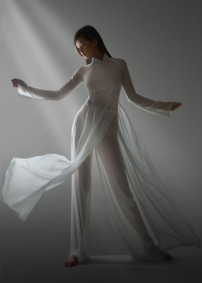 Chất liệu quá mỏng của tà áo dài khiến cô vấp phải nhiều lời chê.