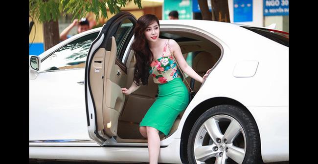 Nữ diễn viên kiêm ca sỹ Quỳnh Nga khiến cư dân mạng xôn xao khi đi café cùng bạn bè tại một khách sạn ở Hà Nội bằng chiếc xế hộp có giá từ 4 đến 5 tỷ VND.