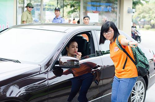 Hoàng Thùy Linh lái xế xịn đi từ thiện - 1