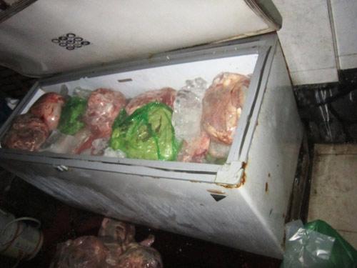 Bắt giữ 1,1 tấn thịt heo thối bán cho quán nhậu - 1