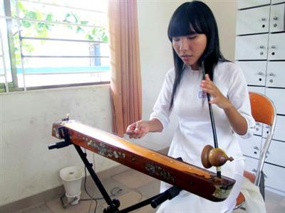 Nữ thủ khoa khiếm thị và những nốt nhạc buồn - 1