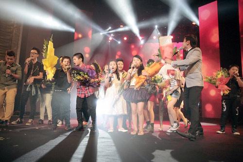 Quán quân The Voice Kids chững chạc trên sân khấu lớn - 1
