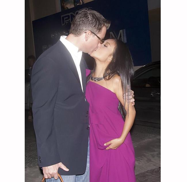 Cô hôn chồng đắm đuối