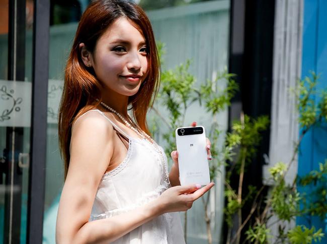 Gương mặt thanh thoát và xinh đẹp tựa 'ngọc nữ' càng thu hút hơn khi sánh cùng chiếc smartphone sang trọng.