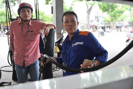 Vì sao giá xăng dầu chưa tăng? - 1