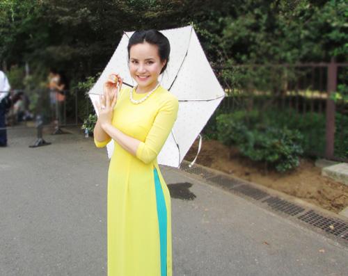 Vy Oanh duyên dáng áo dài tại Nhật - 1
