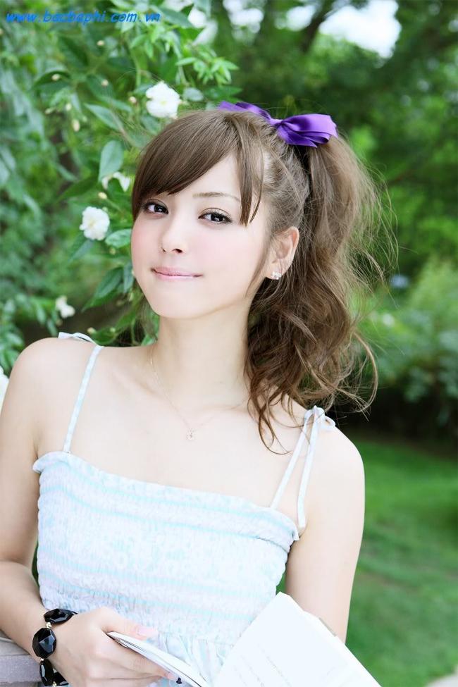 Sinh năm 1988 và khởi nghiệp từ năm 14 tuổi, cho tới nay Sasaki đã đạt được rất nhiều thành công trong cả lĩnh vực thời trang, ca nhạc lẫn điện ảnh.
