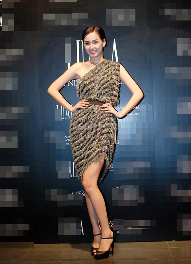Mặc dù kiểu dáng của các bộ váy hàng hiệu do Mai Phương Thúy chọn khá khác biệt, song dáng đứng 'một màu' chống hông, khoe chân của cô khiến tổng thể bị đơn điệu.