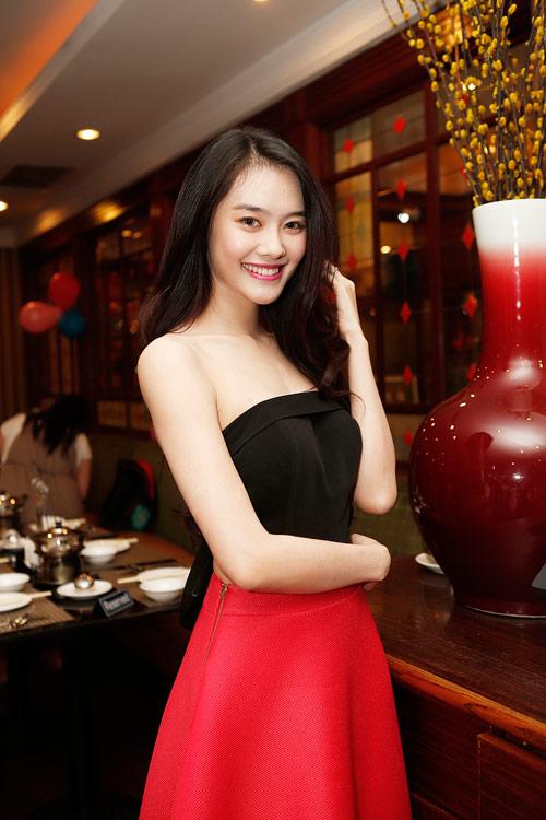 Á hậu Linh Chi rạng rỡ đón tuổi mới - 1