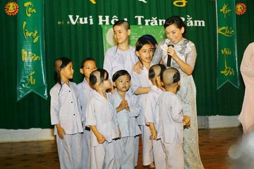 Phi Nhung đội mưa hát từ thiện tại chùa - 1