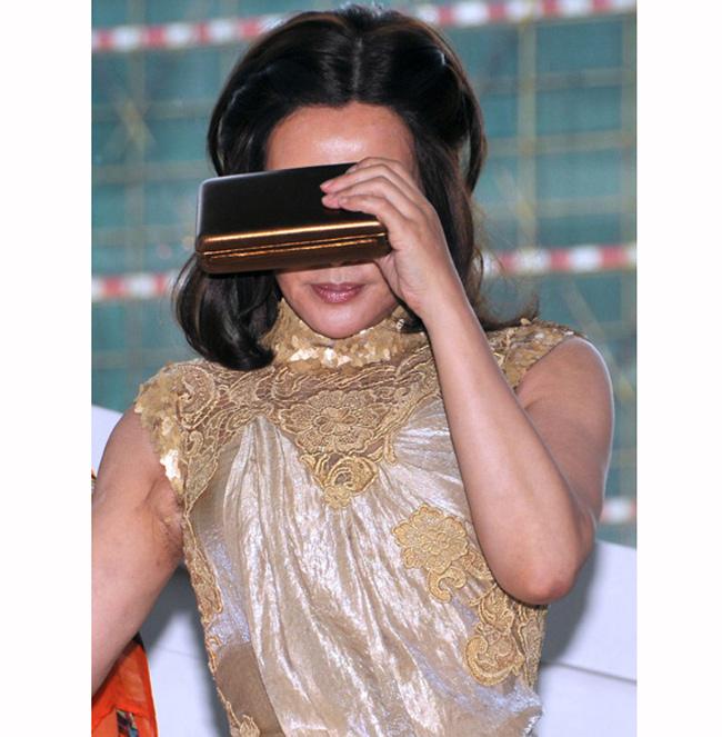 Khi camera chụp cận mặt, bà từng nhiều lần che mặt vì e ngại