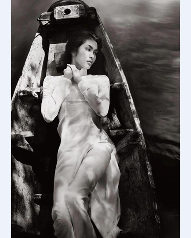 Tấm ảnh đẹp như tranh vẽ của kiều nữ Hà Tăng trong trang phục áo dài