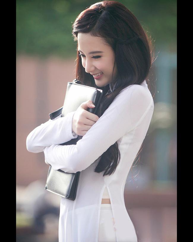 Một chút e ấp rất đáng yêu của Angela Phương Trinh
