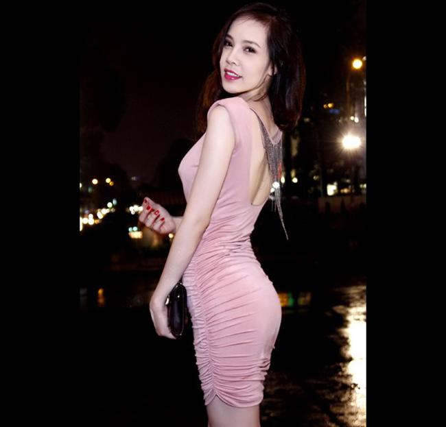 Từng đoạt giải vàng siêu mẫu 2009, Ngọc Bích sở hữu khuôn mặt ăn ảnh cùng thân hình với 3 vòng luôn gây rạo rực.