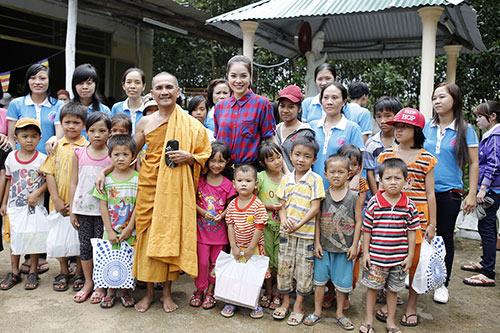 Sao Việt nô nức từ thiện mùa trung thu - 1
