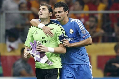 Ronaldo an ủi Casillas - 1