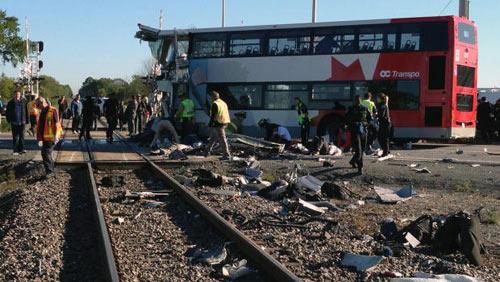 Canada: Xe bus đâm tàu hỏa, 6 người chết thảm - 1