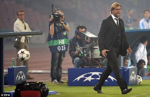 HLV Dortmund nổi đóa quát tháo trọng tài - 1