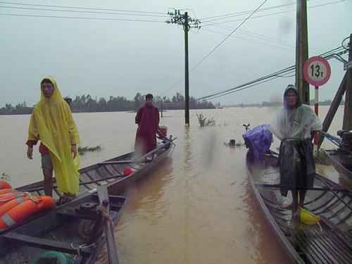 Sau bão, nước lũ bủa vây người dân - 1