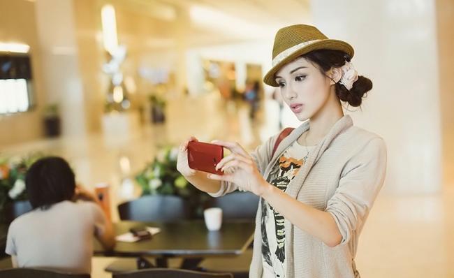 Những chiếc smartphone màu sắc luôn có một sức hút nhất định với những cô nàng điệu đà.