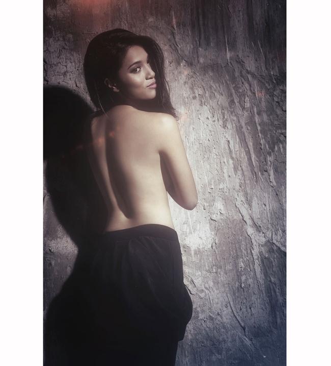 Trong bộ ảnh này, Nhung Kate bán nude, xõa tóc, dùng tay che ngực trần.