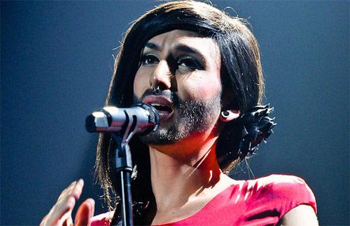 Nữ ca sỹ có râu gây phẫn nộ toàn quốc - 1