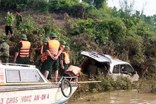 Ô tô bị lũ cuốn: Tìm thấy 4 nạn nhân - 1