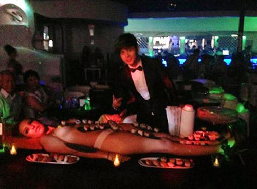 Hồ Quang Hiếu dự tiệc sushi trên mẫu nude - 1