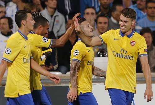 Arsenal: Cảm hứng Ozil, bùng nổ Ramsey - 1