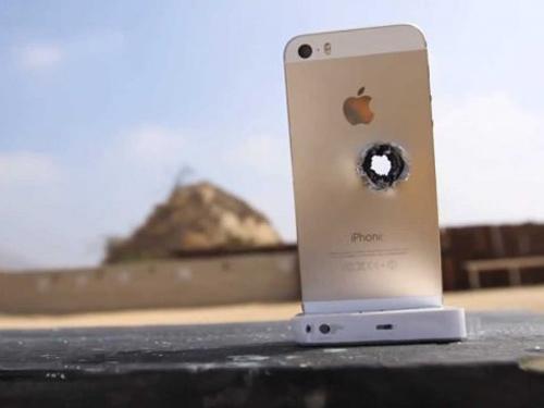 """iPhone 5S màu vàng bị """"hành"""" bằng súng trường - 1"""