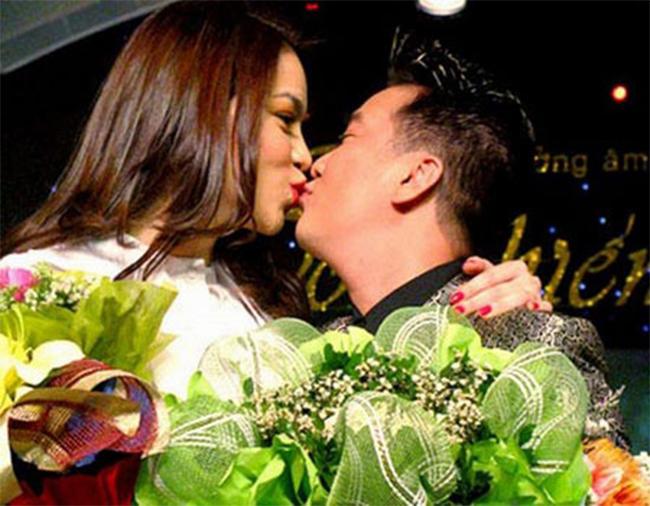Mr Đàm và Hà Hồ cùng chu môi hôn nhau tinh nghịch