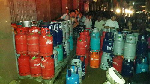 Cháy kho hóa chất, hàng trăm người phải sơ tán - 1