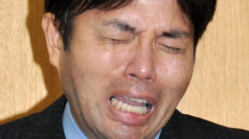 Video nghị sĩ Nhật đập bàn, gào khóc khi họp báo - 1