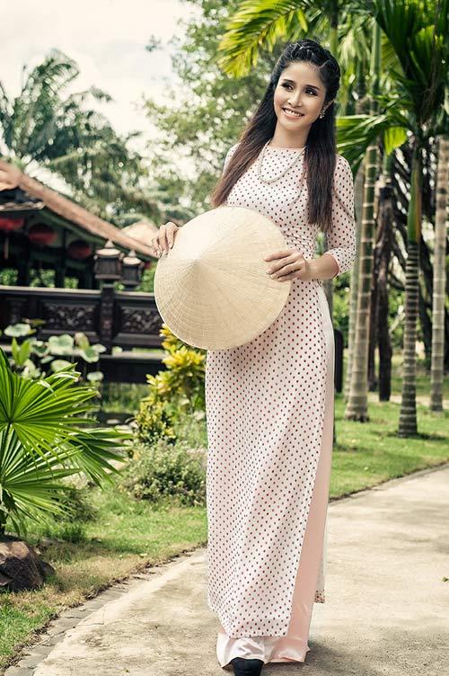 Vợ tuyển thủ Thanh Bình tư vấn mặc áo dài ngày hè - 1