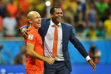 Kluivert: Chặn Messi ư, vậy ai sẽ ngăn cản Robben? - 1
