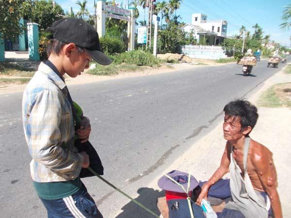 Cậu bé tiểu học ăn xin để có tiền đi học - 1