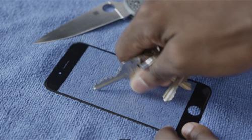 """""""Tra tấn"""" màn hình sapphire của iPhone 6 bằng dao - 1"""