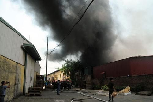 Sau tiếng nổ lớn, kho chứa cồn bốc cháy ngùn ngụt - 1