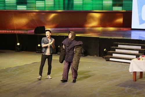 """Mỹ nam """"Con bướm xuân"""" bị chó rượt cắn trên sân khấu - 1"""