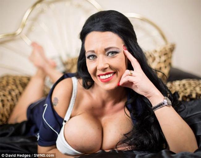Cô Debbie Delamar, 34 tuổi tới từBrecon, Pwoys, xứ Wales hiện đang sở hữu bộ ngực 'giả' được xem là lớn nhất Vương quốc Anh.